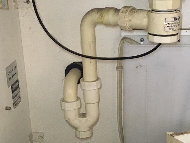 排水トラップの種類  a.ベルトラップ(ワントラップ) これは台所流しの排水口で良く見られるトラップです。ドーナツ型の水溜まりに釣り鐘屋お椀の型をしたカップをかぶせ、固定する事によってトラップが作られます。台所の排水口をお掃除する時にこの椀を外すと、臭いにおいが上がって臭い!!と思った方も多くいらっしゃると思います。  b. S字型トラップ、P字型トラップ これは洗面台管で良く見られるトラップです。特にS字型のトラップは、皆さんがよく目にするトラップで、S字の最初のカーブに水が溜まっています。「なるほど、これがトラップか!」という方も多いのではないでしょうか。ちなみに、S字型トラップは床排水、P字型トラップは壁排水で使用します。