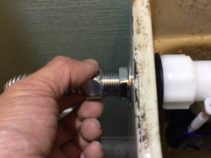 給水管とボールタップの接続ネジを外します