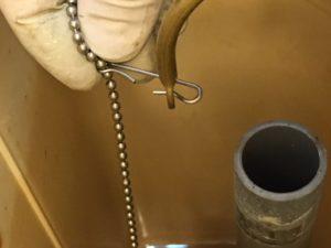 レバーとフロートバルブの鎖の接続を外します